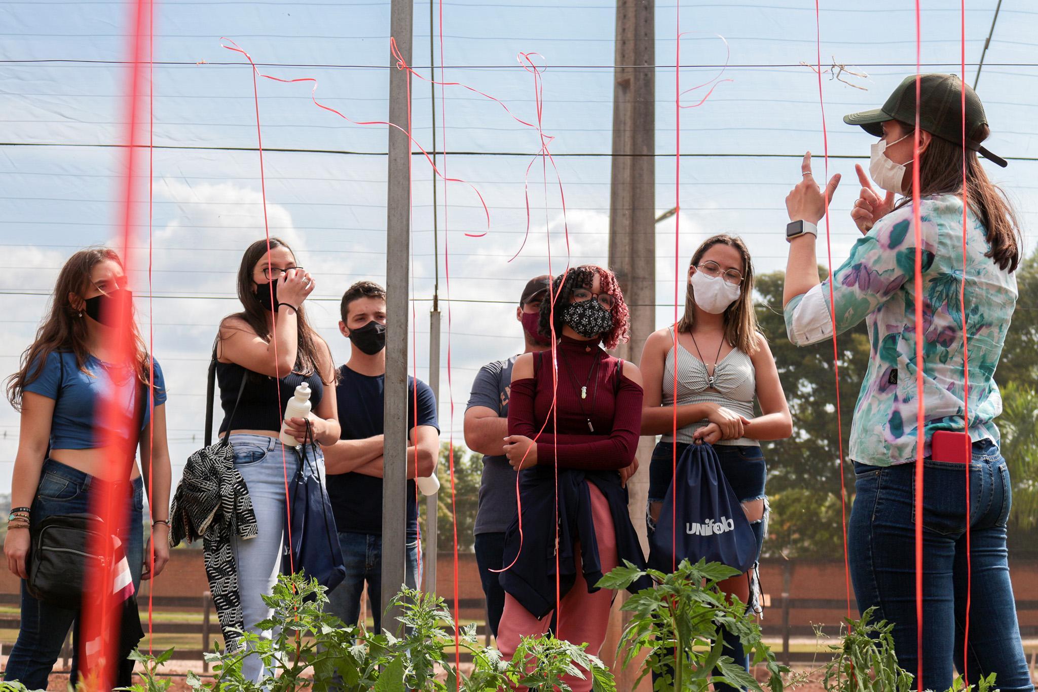 Estudantes de seis cidades da região conhecem a estrutura da Unifeob
